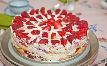 Braškinis tortas su sausainiais