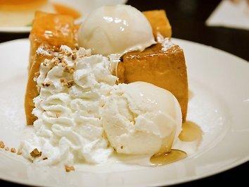 Ledų tortas su persikais ir uogomis