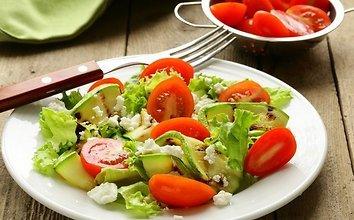 Cukinijų ir pomidorų salotos