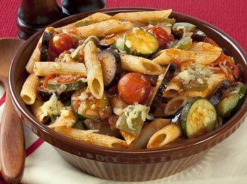 Makaronai su baklažanais, pomidorais, kedro riešutais ir žalumynais