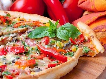 Pica su trijų spalvų paprikomis