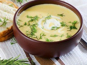Kreminė salierų sriuba su graikiniais riešutais ir parmezanu